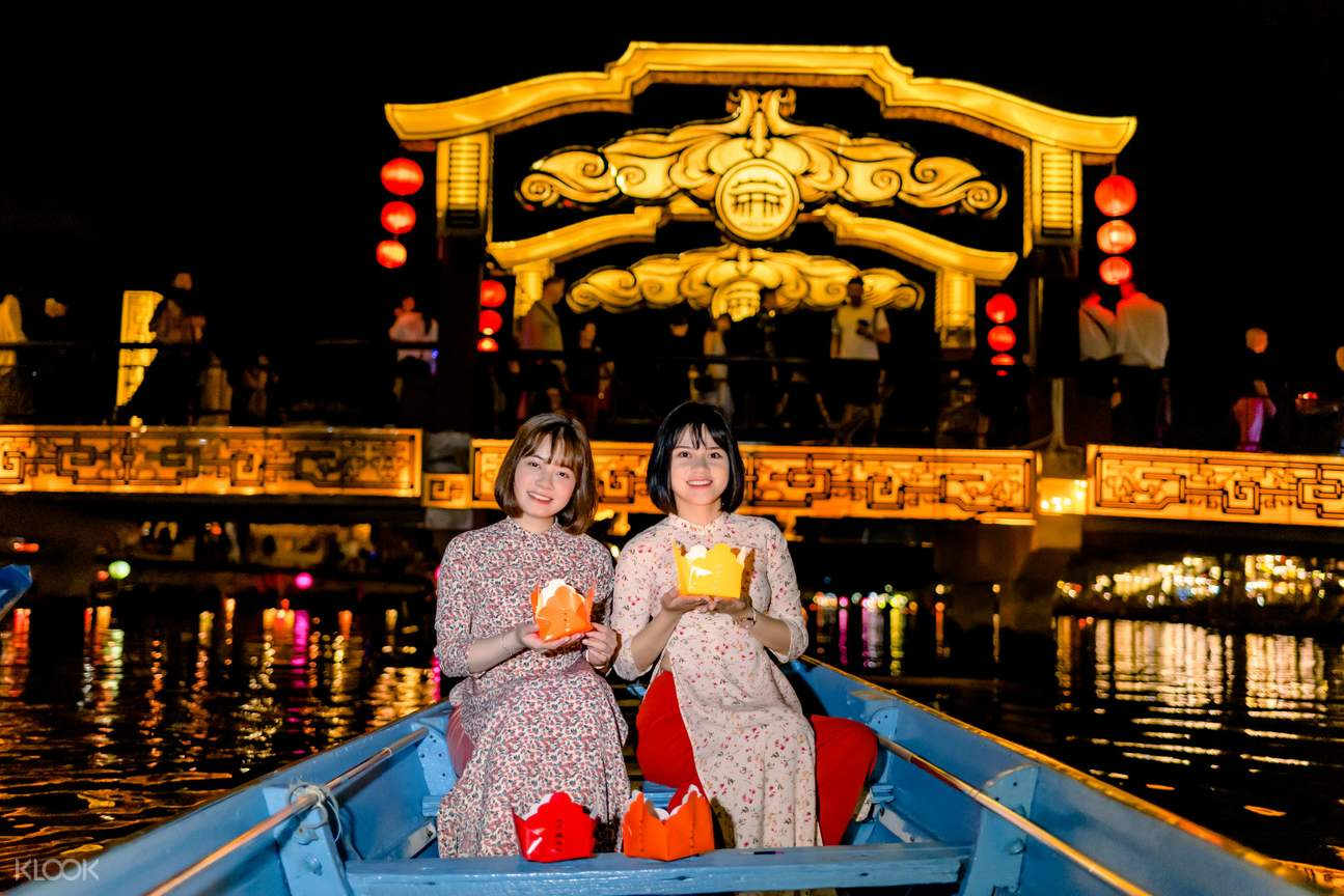 Release-the-lantern-on-Hoai-river-with-the-best-wishes